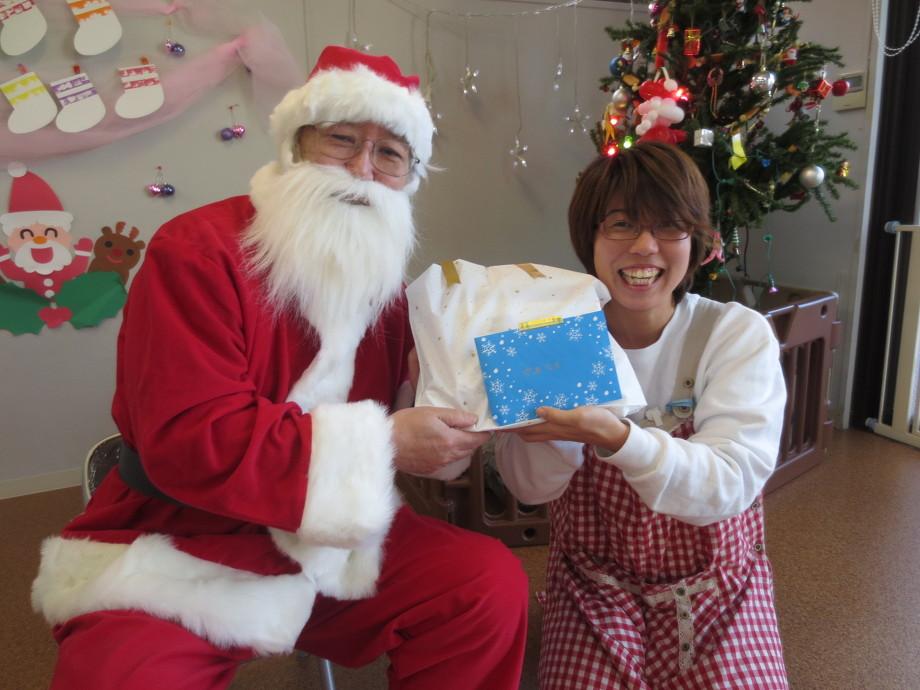 サンタクロースにプレゼントを貰う看護師