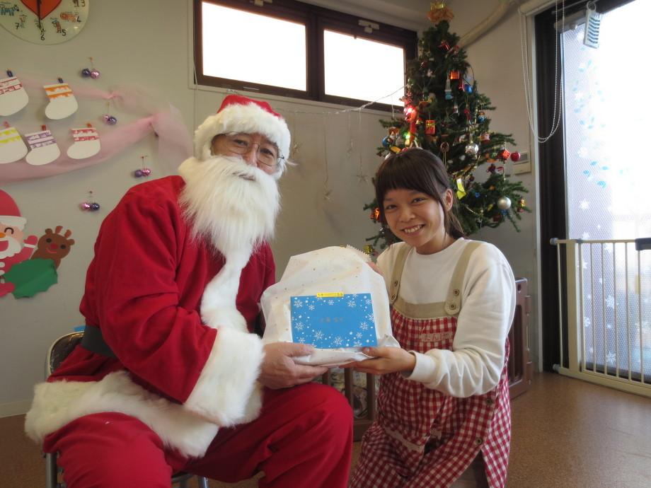 サンタクロースにプレゼントを貰う保育士