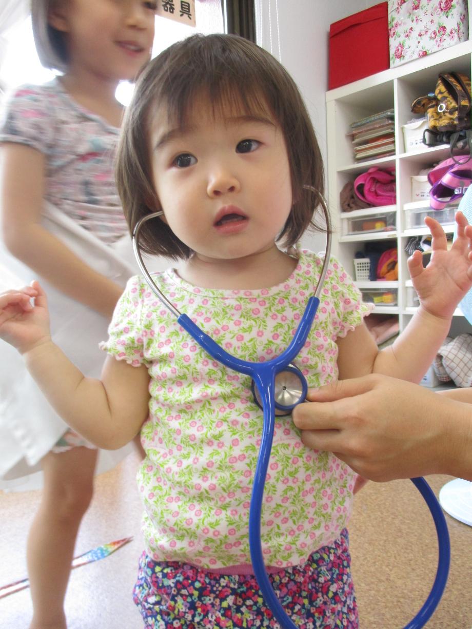 聴診器を当てた赤ちゃん